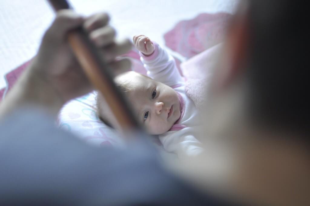 Dziecko nigdy nie będzie bezpieczniejsze, niż w pobliżu swoich najbliższych. Jednak nie zawsze jest to możliwe. Pomocna może okazać się elektroniczna niania.