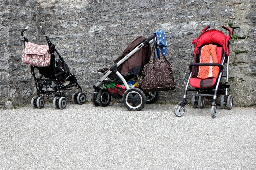 Występują różne typy wózków dla dziecka. Na zdjęciu spacerówki.