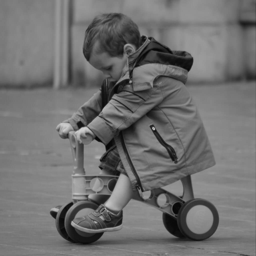Plastikowy rowerek, niezbyt wygodny i niedopasowany do potrzeb dziecka.