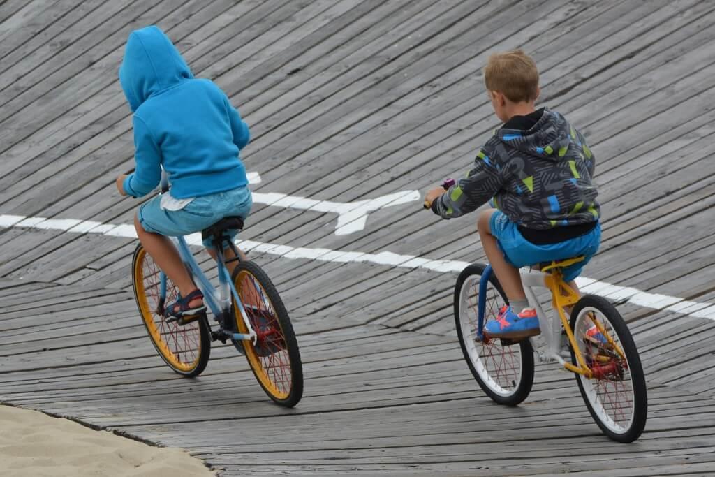 U dziecka jadącego z tyłu możemy zauważyć źle dopasowaną wysokość siodełka. Wpływa to negatywnie na kręgosłup dziecka.